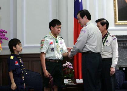馬總統與童軍代表林鋐駿握手